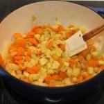 тушеные овощи в кастрюле